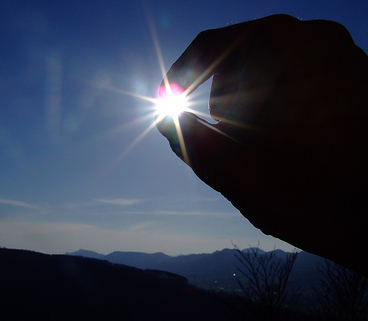 sun-blessing-judaism-finger-hold-photo