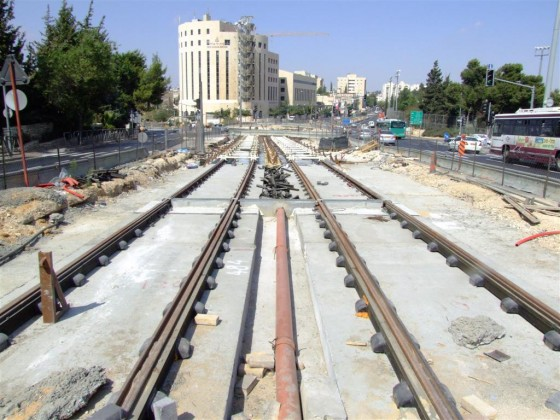Tel aviv light rail train chugs away slowly green prophet will tel avivs much needed light rail train ever we ask again ever come to light mozeypictures Choice Image