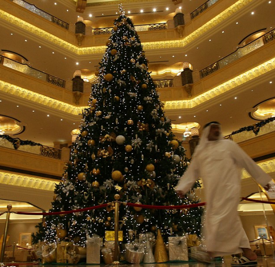 abu dhabi bejeweled christmas tree is world record for. Black Bedroom Furniture Sets. Home Design Ideas