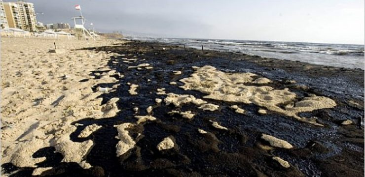 lebanon-oil-spill-at-end-of-war.jpg