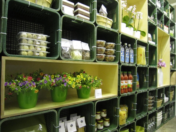Modular Flower Store Keeps Shoppers on Their Toes 24/7