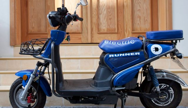Is This Runner Electric Scooter A Poor Man's Better Place?