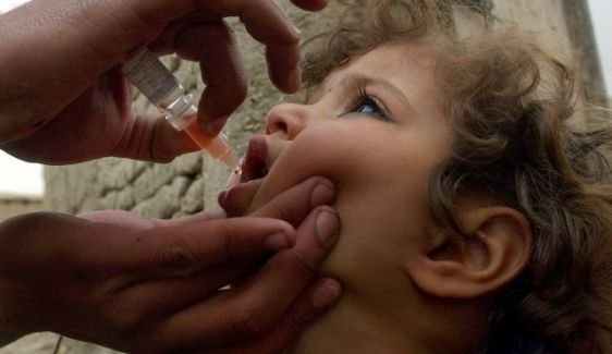 polio vaccine given to child