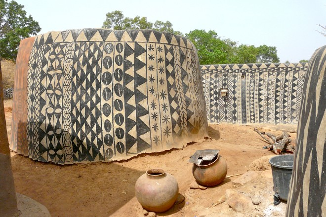 Cour Royale à Tiébélé, Rita Willaert, earth architecture, earth homes, mud homes, cow dung, gourounsi architecture, burkina faso, kassena people, painted earth homes, painted royal village, natural materials