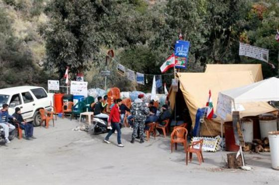Protestos blocking road to Naameh landfill