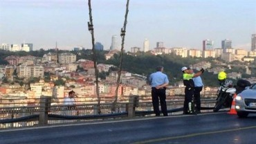 Istanbul police take selfie as man jumps to death