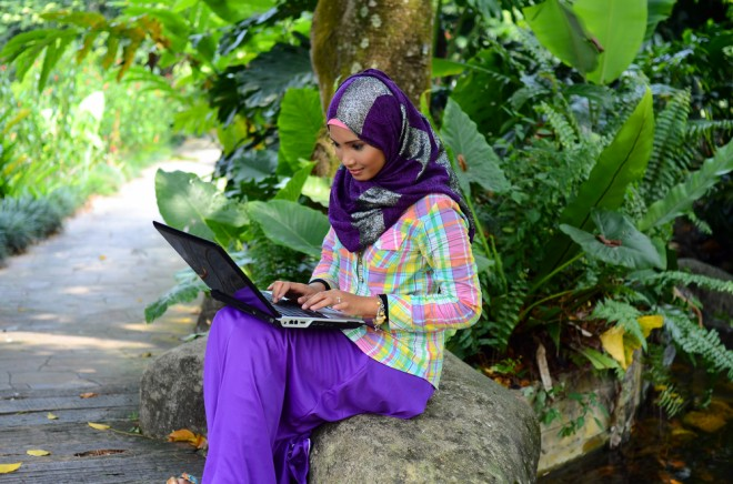 girl_elearning_with_laptop